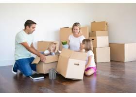 妈妈爸爸和小女儿们在新公寓里打开东西_11072748