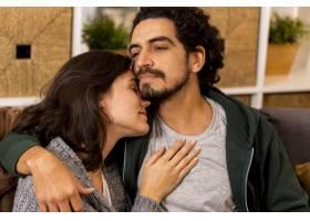妻子和丈夫相互拥抱_12067263
