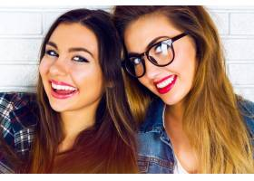 两个漂亮的少女女友微笑摆姿势的肖像_10699190