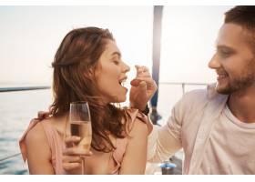 两个相爱的可爱的人在户外的肖像度假时喝_9117995