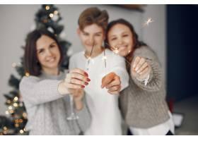 人们在为圣诞节做准备母亲和她的儿子站在_11744698
