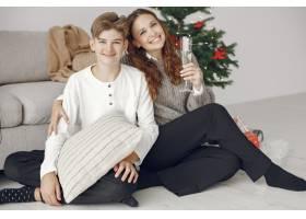 人们在为圣诞节做准备母亲和她的儿子站在_11744739