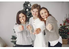 人们在为圣诞节做准备母亲和她的儿子站在_11776951