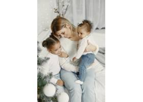 人们在为圣诞节做准备母亲和她的女儿们一_11743714
