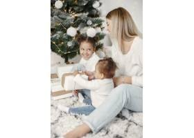 人们在为圣诞节做准备母亲和她的女儿们一_11743787