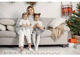 人们在为圣诞节做准备母亲和她的女儿们一_11743883