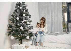 人们在为圣诞节做准备母亲和她的女儿们一_11776861