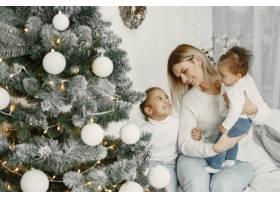 人们在为圣诞节做准备母亲和她的女儿们一_11776867