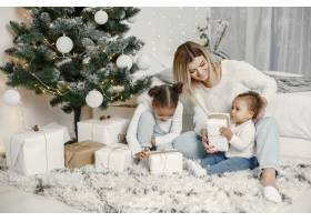 人们在为圣诞节做准备母亲和她的女儿们一_11776878