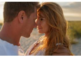 令人惊叹的美丽夫妇在夕阳下拥抱的特写肖像_10688313