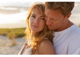 令人惊叹的美丽夫妇在夕阳下拥抱的特写肖像_10688335