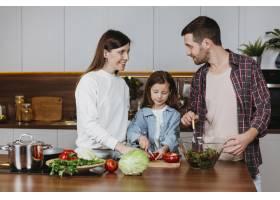 全家人在厨房做饭的前景_11765724