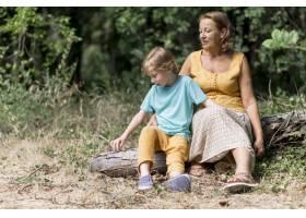 全景拍摄奶奶和孩子坐在户外_10849647