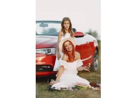 公园里美丽的一家人穿着白色连衣裙戴着帽_11160429