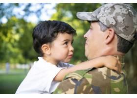 兴高采烈的父亲抱着小儿子出差归来在户外_11622194