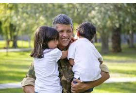 军人父亲出征后与孩子们见面快乐抱着孩子_11301095