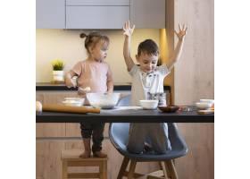 全景拍摄的孩子们在厨房里玩得很开心_12688734