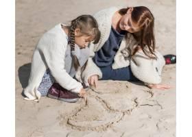 全景拍摄的母亲和女孩在海滩上玩耍_11105700