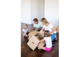 全神贯注的父母和孩子在新公寓里打开东西_10608114