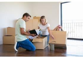 全神贯注的父母和有趣的孩子在新公寓里打开_10608108