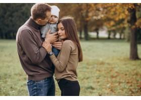公园里带着小儿子的年轻家庭_11601326