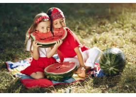 公园里带着西瓜的可爱小孩子_5711114