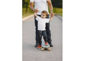 公园里的亚洲家庭穿白色T恤的男人父亲_11161771