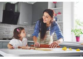 厨房里幸福的一家人节日食品概念母女俩_9146735