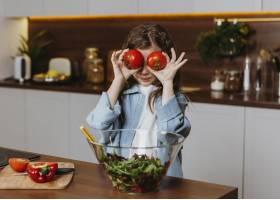 厨房里拿着西红柿的小女孩的前景_11766002