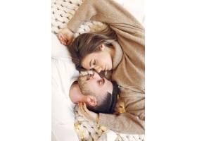 一对夫妇躺在房间的床上_11242005