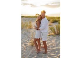 一对欧洲美女在海滩上拥抱夕阳_10688344