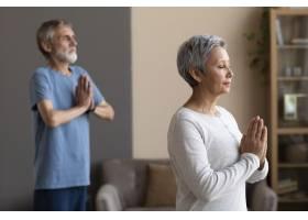 一对老年夫妇在家中一起锻炼_10847257