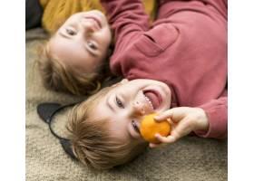 与克莱门汀一起快乐的孩子们的特写镜头_11103641