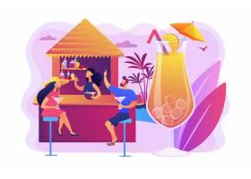 海滩酒吧的调酒师和热带度假胜地喝鸡尾酒的_10782534