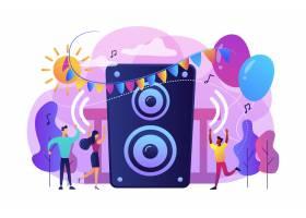 夏日聚会上小孩子们在城市公园里听音乐跳_10782515