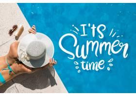在游泳池边与女人一起写夏日字样_7825525