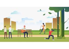 人们在城市公园里运动拍照和放松_4534227