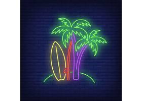 海滩上的棕榈树和冲浪板上的霓虹灯标志冲_4997577