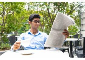 积极的商业分析师喝着咖啡看新闻_2791131