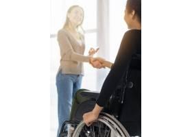 积极的成年女性握手_7071625
