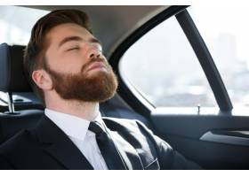 睡在汽车后座上的商人_7859565