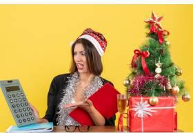 穿着西装的商务女士戴着圣诞老人帽戴着新_13405843