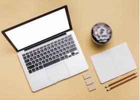 笔记本电脑的高角视角明亮背景下的文具和_3536469
