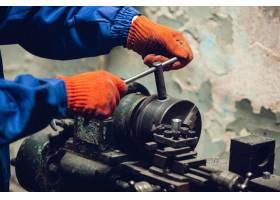 维修工专业建筑工人在室内工作维修的手_8265037