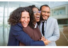 快乐的商业同事拥抱在一起_5546401