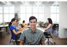 同事在基地工作时男子对着镜头微笑的肖像_1005960