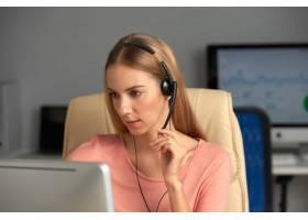呼叫中心代表在电话中咨询客户_5698486