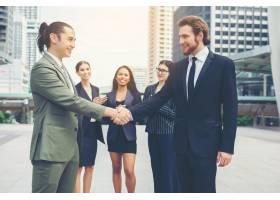 快乐的生意人握手商业上的成功_1275868
