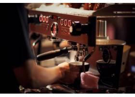咖啡师煮卡布奇诺调酒师准备咖啡饮料_5212908