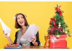 心满意足情绪集中的商务女士戴着圣诞老_13408034